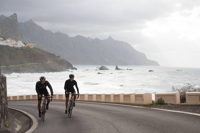 Coppia ciclisti alle Canarie brutto tempo